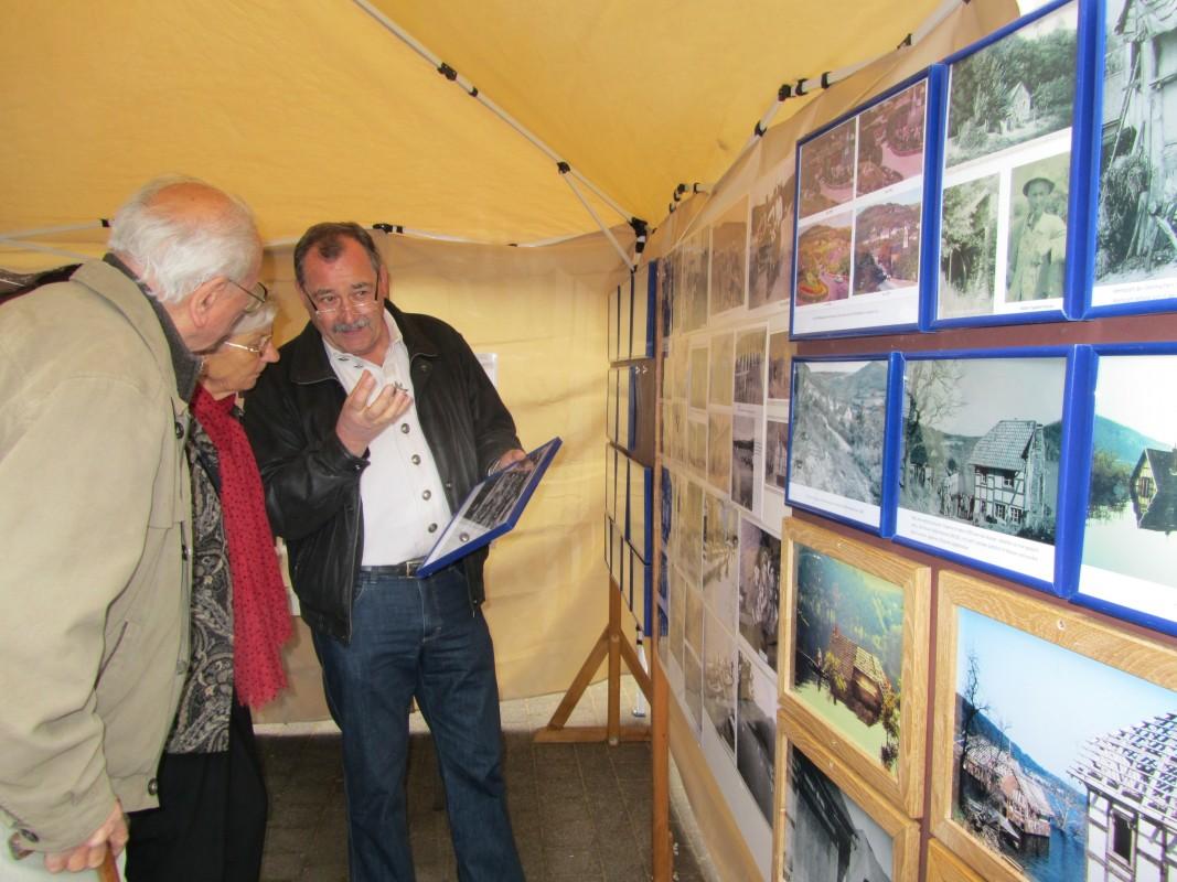 2013_04_21 Walter Lauscher mit historischen Fotos